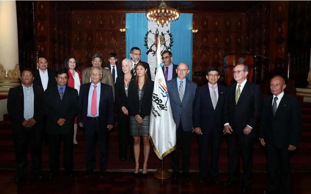 Fundadores y personalidades cobaneras ligadas al evento durante la entrega de la Orden del Quetzal. Foto: www.soy502.com