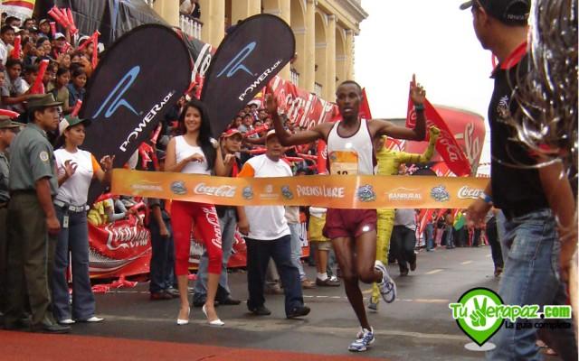 Un corredor keniano cruzando la meta, cuando era en el Parque Central Foto: Jorge M. Peláez - 2007