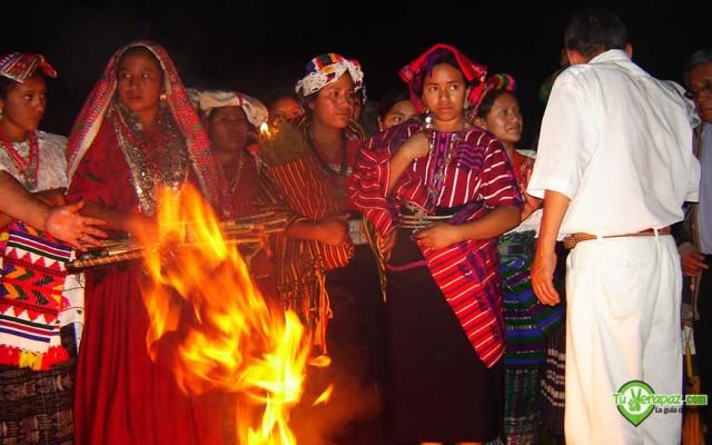 Ceremonia maya en la noche previa a la Elección de Rabin Ajau. - Foto: Jorge M. Peláez Q.