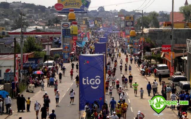 Últimos kilómetros de la competencia, vistos desde la pasarela en la entrada a Cobán. Foto: Jorge M. Peláez 2011