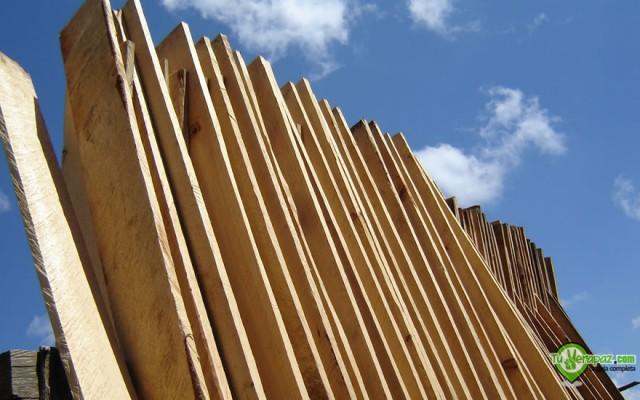 Tablas de pino secándose al sol en San Juan Chamelco un área de producción de muebles - Foto: Jorge M. Peláez Q.