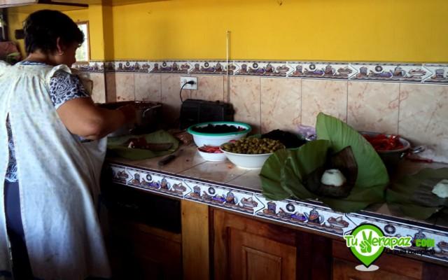 Luego de colocar la base se agrega el recado y los demás ingredientes como las aceitunas, las almendras y la carne