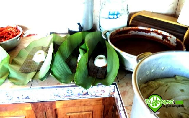 Entre los primeros pasos en la elaboración de los tamales, se coloca la base de masa de arroz