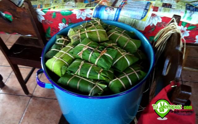Todos los ingredientes se envuelven en hojas de plátano y e atan con sibaque, lo que les aporta un sabor especial.