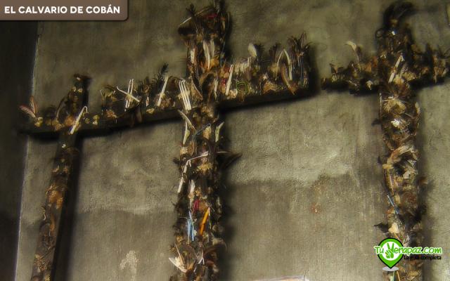 Cruces de madera en las cuales pegan plumas y pelos de animales, parte del sincretismo maya-católico que se vive en el Calvario. Foto: Jorge Mario Peláez 2006