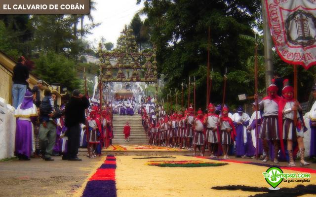 Una de las andas procesionales descendiendo en Semana Santa . Foto: Jorge Peláez - 2006